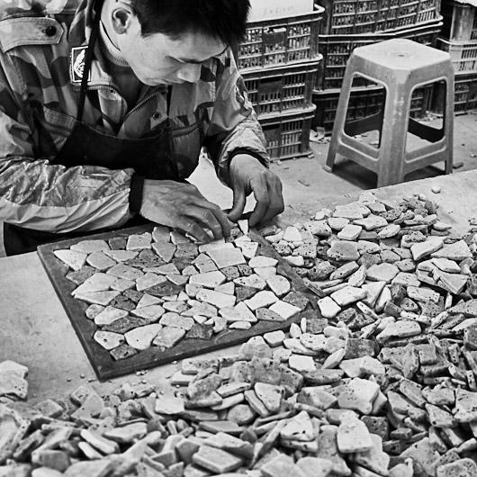 Anordnung von Mosaikelementen auf Schablonen