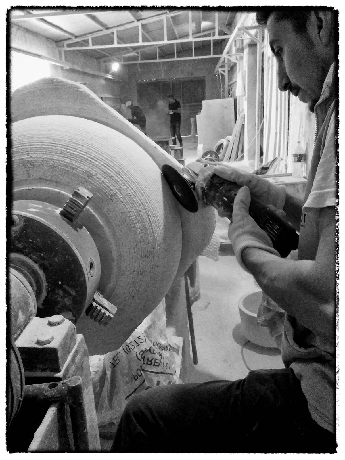 Grobe Bearbeitung eines Waschbeckens in Massivstein an der Drehmaschine