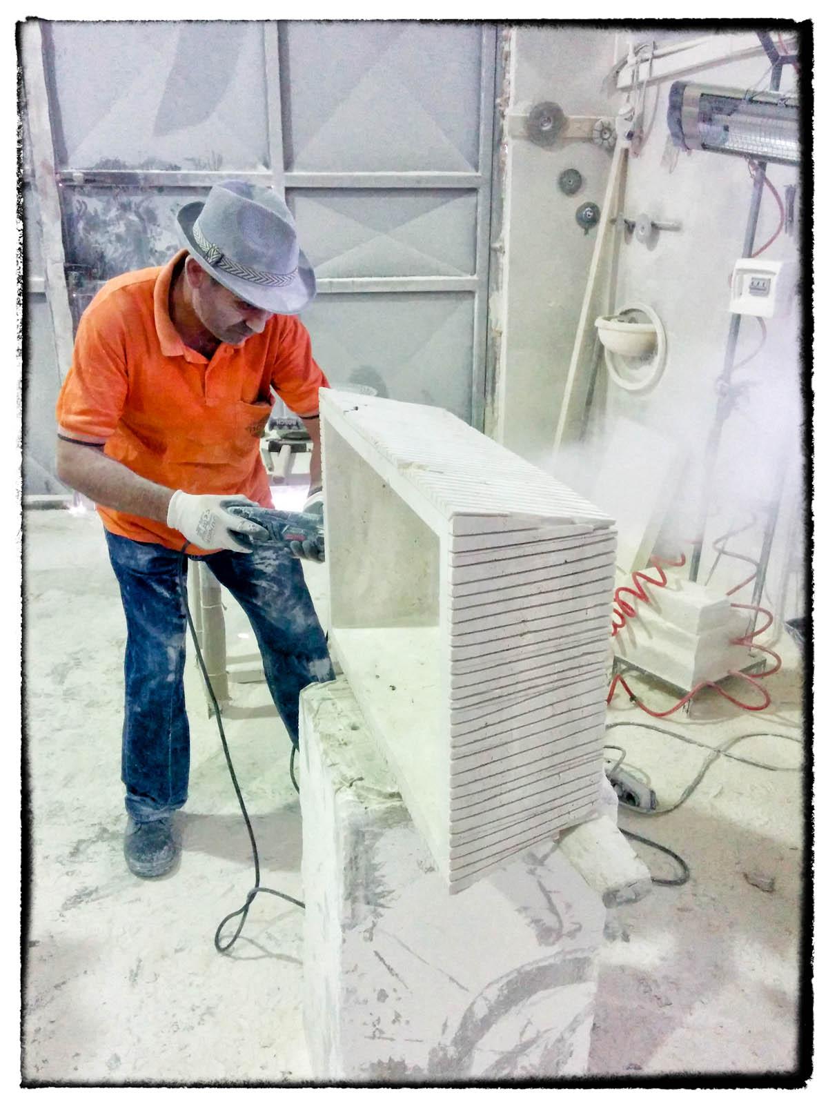 Herstellung unter Handarbeit des Travertin-Waschbeckens Pilozzo