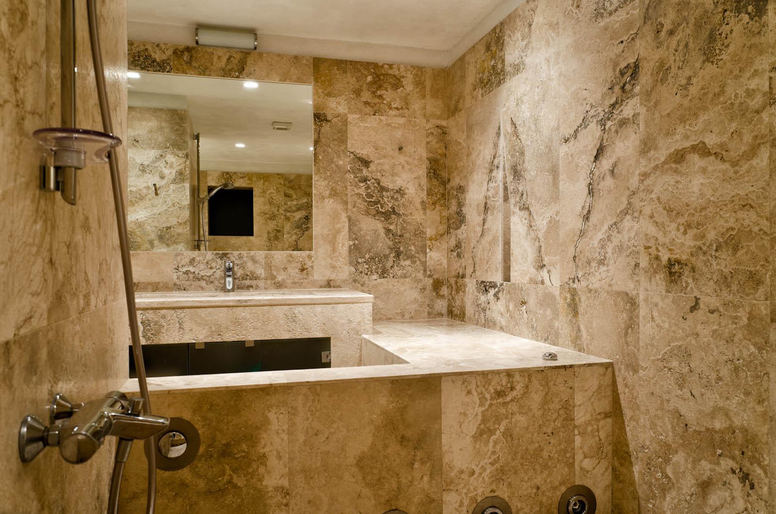 bathroom in villa waddell with pietre di rapolano travertine
