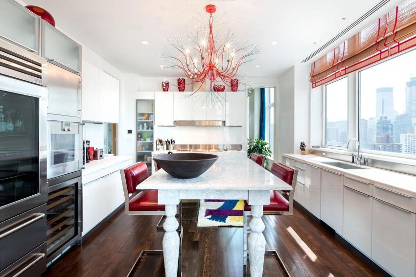 Luxus-Penthouse , Wohnzimmer mit Kamin , Travertin Etagen , Travertin klar. Küche mit Marmortisch . Luxus Marmortisch