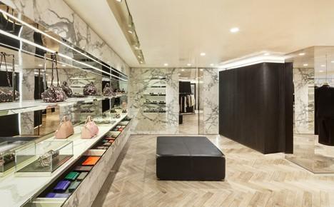 Eine Givenchy-Boutique in Seul mit Marmorakzenten