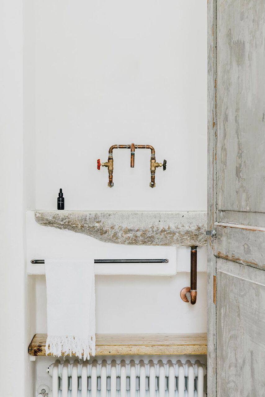 Lokale Materialien für ein modernes Bauernhaus in Ostuni naturstein bad