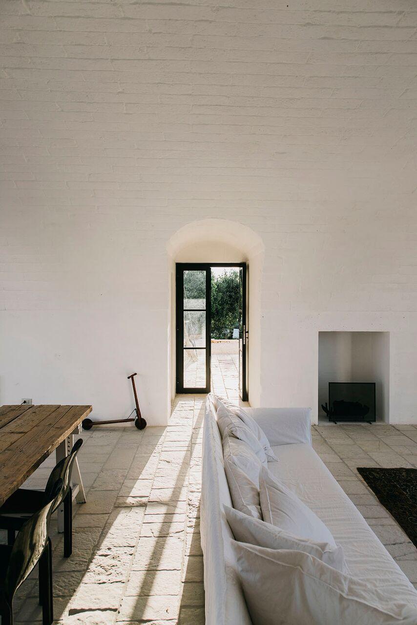 Lokale Materialien für ein modernes Bauernhaus in Ostuni sofa ghost von paola navone