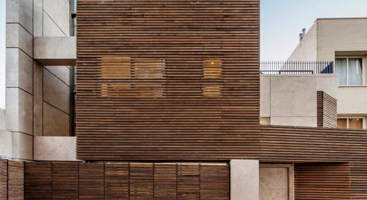 Fassade aus Holz und Travertin für das Projekt des Bracket Design Studio