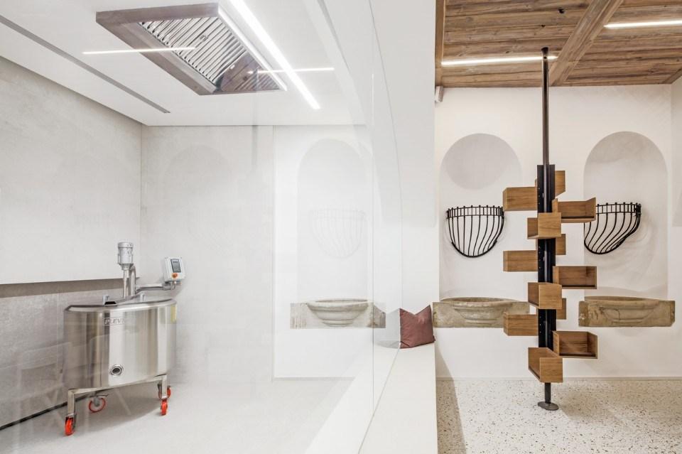 Der Raum hält die bisherigen Strukturen, wie die Nischen in den Wänden und original Steinwannen Waschbecken