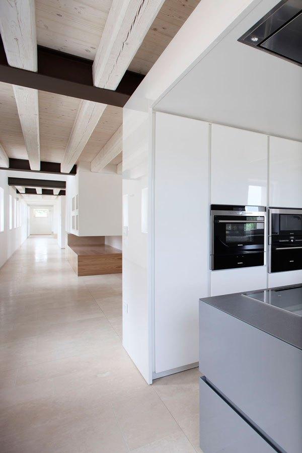 Renovierung der Küche des Landhauses mit Travertin Etagen