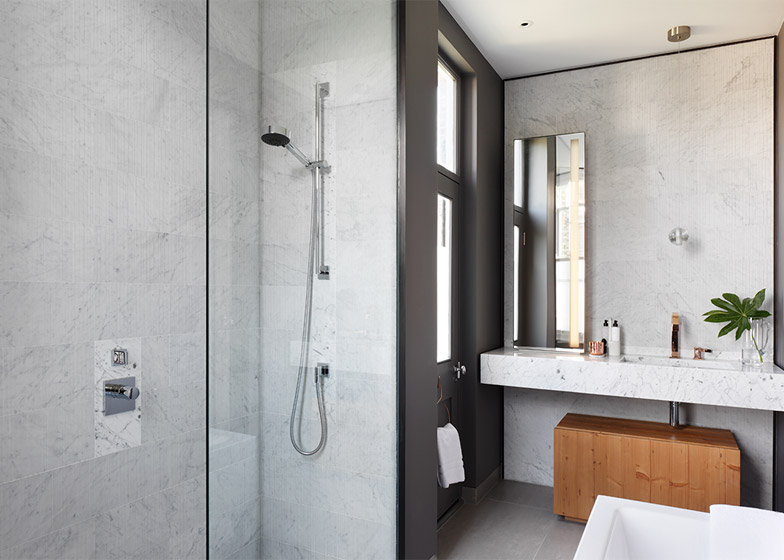 Badezimmer mit Marmorverkleidung