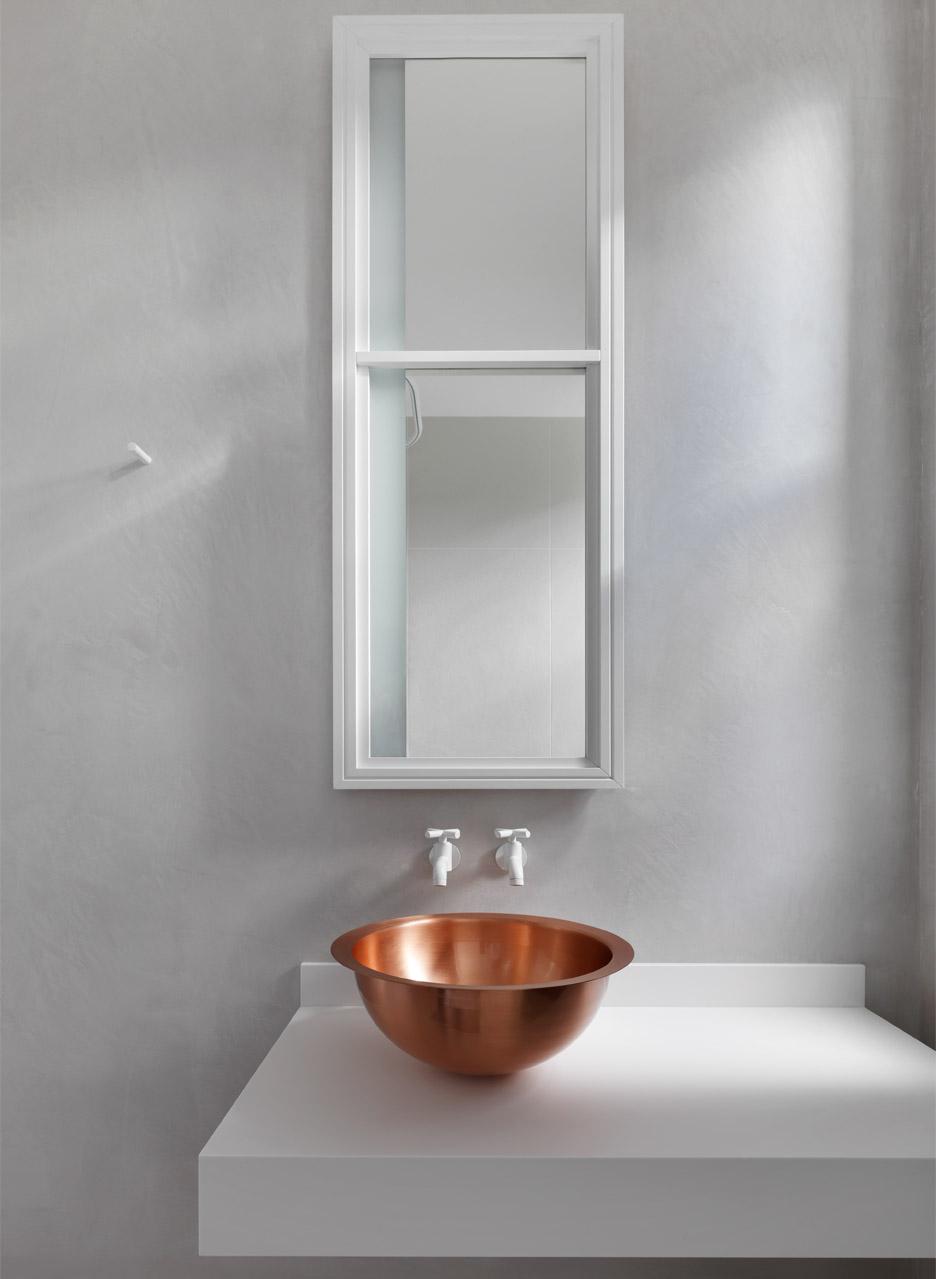 Bad mit Kupferwaschbecken, MWAI Maida Vale Apartment