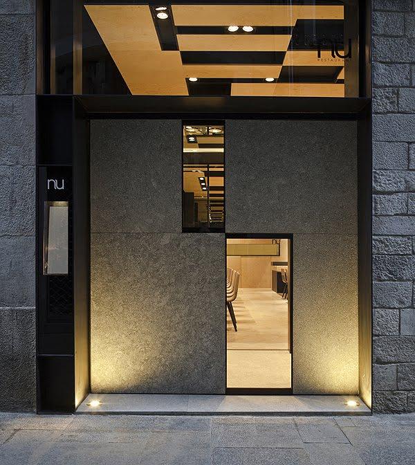 Restaurant in Girona mit Außenverkleidung und Steininterieur