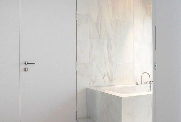 luxuriöses minimales Badezimmer in weißem Marmor