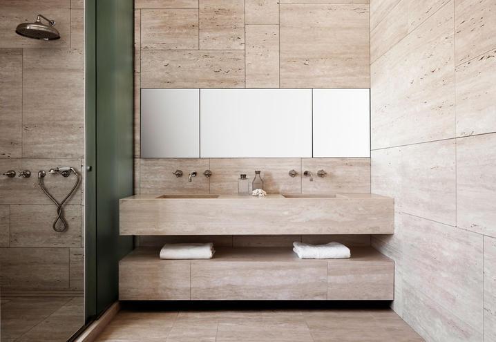36/5000 Badezimmer mit hellem Travertin überzogen