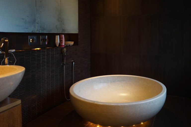 Große Travertin-Badewanne
